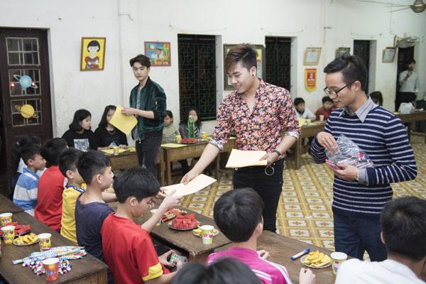 Nhà văn 9x Sơn Paris tổ chức trò chơi kiến thức cho các em