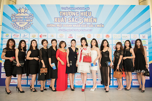 Doanh nhân Đào Minh Châu cùng các thành viên ưu tú của thương hiệu